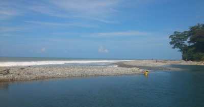 Pantai Muara Kedurang Perpaduan Air Tawar dan Air Asin