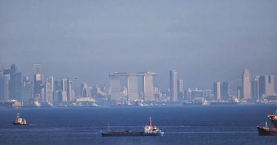 Menikmati Gemerlapnya Kota Batam dan Singapura di Bukit Senyum