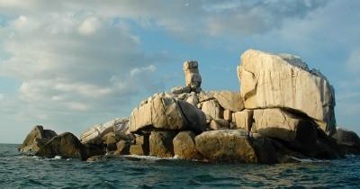 Pulau Tokong Belayar, Menikmati Keindahan Eksotis Pulau Yang Tersusun Dari Gugusan Batuan Alam