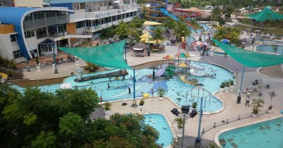 Asyiknya Bermain Air di Waterpark Top 1000 Tembesi