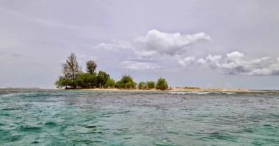 Pantai Pusong Sangkalan, Pantai Dengan Pulau Kecil Yang Mempesona