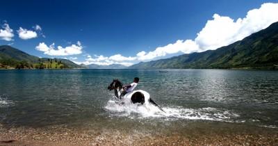 Pantai Menye, Keunikan Sebuah Pantai Yang Berada di Danau