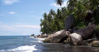 Pantai Batu Berlayar, Keunikan Pantai Dengan Bebatuan Besar