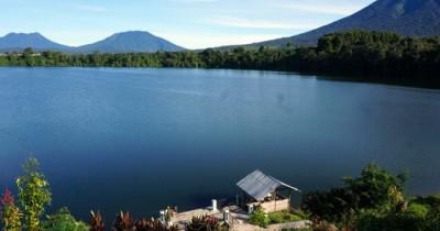 Danau Depati Empat, Panorama Danau Alami dengan Apitan Dua Gunung