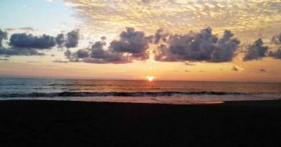 Pantai Suak Ribee, Menikmati Indahnya Sunset Bersama Segelas Kopi