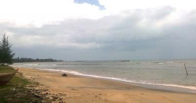 Pantai Batu Berlubang, Pesona Pantai Lokal Dengan Sisa Kebudayaan Masa Lalu Yang Masih Kental