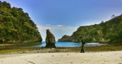Nikmati Indahnya Perbukitan Sekalihgus Kesejukan Pantai Hanya di Pantai Desa Setenger