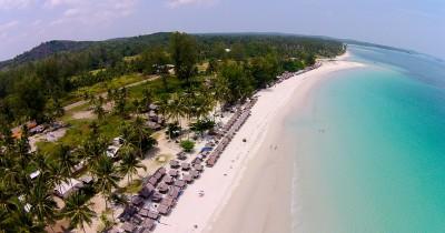 Pantai Trikora, Hamparan  Pasir Putih yang Indah dan Berkilau di Terpa Sinar Matahari