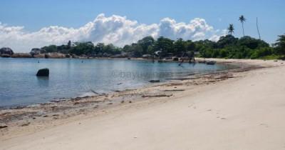 Pantau Tanjung Melolo, Keindahan Pantai Yang di Kelelilingi Perkampungan Nelayan