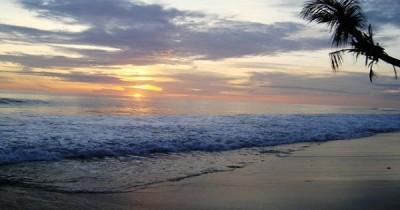 Nikmati Semilir Angin Dn Pemandangn Pantai Sawang Dari Atas Rumah Panggung