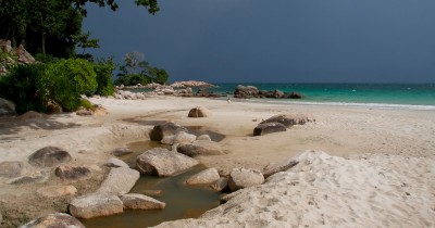 Pantai Tanjung Berakit, Pesona Keindahan Alam dan Hamparan Pasir Putih yang Membentang Sepanjang Bibir Pantai