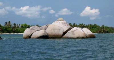 Keindahan Lukisan Pelangi Di Air Laut Pulau Serak