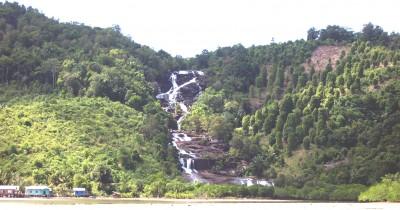 Menikmati Pesona Air Terjun yang Menuruni Bukit di Air Terjun Temburun