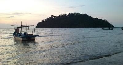 Berwisata Sambil Melihat Aktivitas Nelayan Pulau Sayak