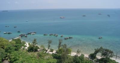Menikmati Keindahan Pulau Damar dari Atas Tebing