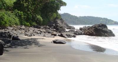 Pantai Jolosutro, Pantai Yang Diapit Oleh Perbukitan Dan Pantai Bernuansa  Alami di Blitar