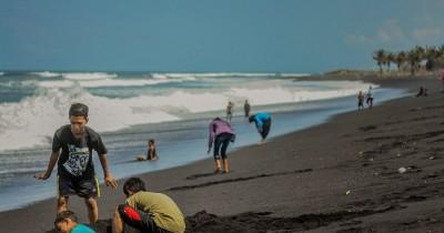 Pantai Watu Pecak, Wisata Bahari yang Memukau di Lumajang