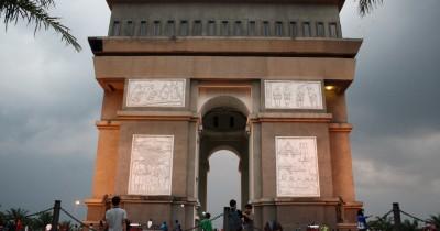 Monumen Simpang Lima Gumul, Bangunan Ikonik Kediri yang Serupa Dengan Arc de Triomphe Paris