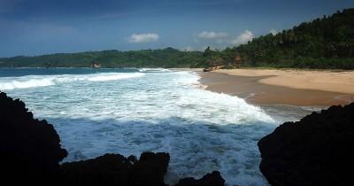 Pantai Kunir, Cantiknya Surga Tersembunyi di Pacitan
