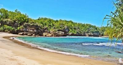 Pantai Wawaran, Berwisata Sambil Mencari Kerang Cantik di Pantai