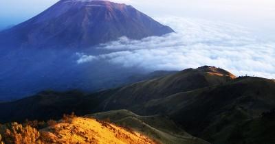 Menikmati Keindahan Puncak Gunung Lawu yang Berhawa Mistis