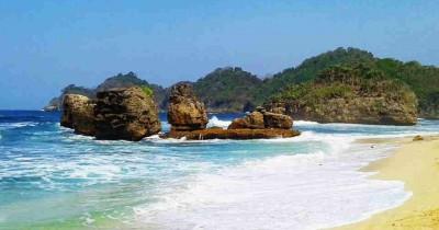 Pantai Kondang Merak, Berwisata Sambil Melihat Pemandangan Batu Karang yang Cantik