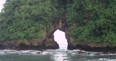 Pantai Licin, Berwisata Sambil Menikmati Pemandangan Pasir Hitam