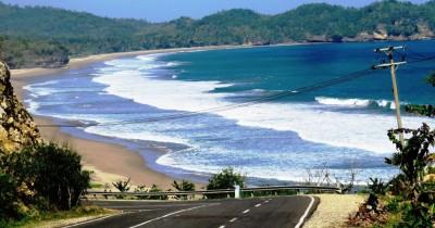 Pantai Soge, Pesona Indahnya Pantai yang Bisa Dilihat dari Tepi Jalan
