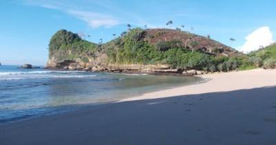 Pantai Bajul Mati, Berwisata Sambil Melihat Pemandangan Bukit Karang