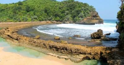 Pantai Batu Bengkung, Berwisata Sambil Berfoto-foto di Atas Bebatuan Karang