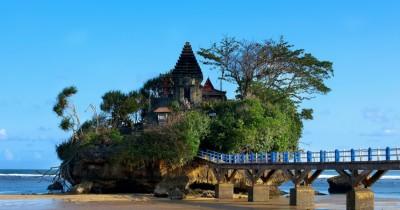 Pantai Balekambang, Berwisata Sambil Menikmati Pemandangan Pantai Seperti di Bali