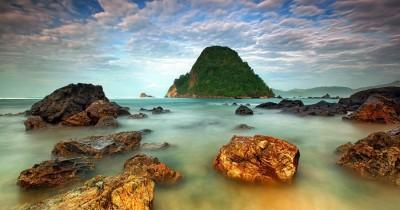 Wisata Pantai Pulau Merah, Tempat Paling Pas untuk Surfing di Banyuwangi