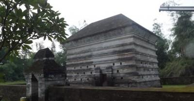 Makam Siti Fatimah Binti Maimun, Makam Islam Unik Di Jawa Timur