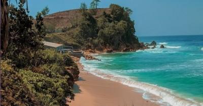 Pantai Pacar : Tiket Harga Masuk, Foto dan Lokasi